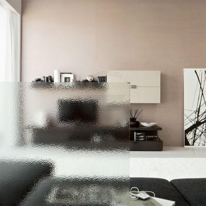 Het figuur bevind zich aan één kant van het glas. Het is niet mogelijk om scherp door het glas heen te kijken.