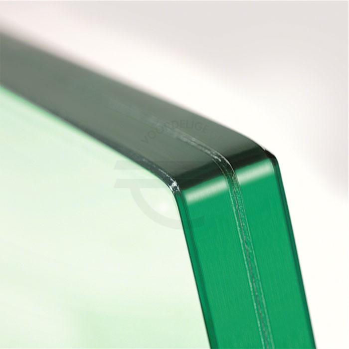 Op deze afbeelding zijn twee geharde glasplaten te zien met daartussen in een laag folie.