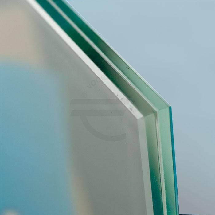 Op de afbeelding zijn twee heldere glasplaten te zien met daartussen in een laag van matte folie.