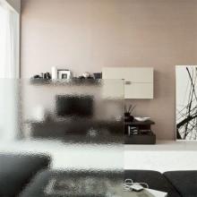 Met crepi glas bevindt zich een figuur in het glas aan één kant. Hierdoor is het niet mogelijk scherp door het glas heen te kijken.