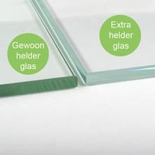 Extra helder heeft een minder groene gloed op het glas dan normaal glas. Op het plaatje worden beiden glasplaten naast elkaar gelegd en vergeleken.